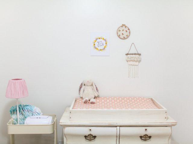 De beaux rêves pour bébé avec une veilleuse licorne